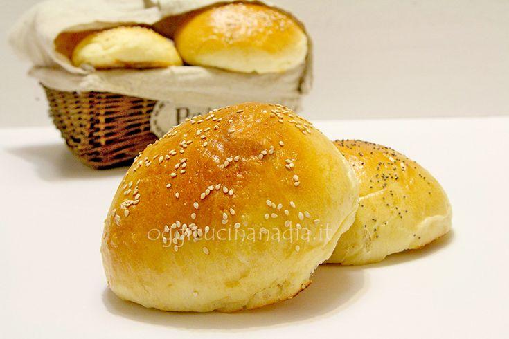 I burger buns i famosi panini per hamburger ce li facciamo in casa, soffici e profumati, sono identici a quelli dei fast food ma un po' più genuini.