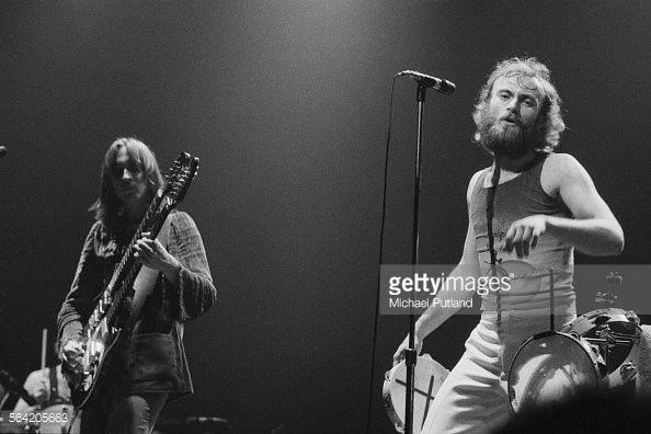 News Photo : Bassist Mike Rutherford and singer Phil Collins...
