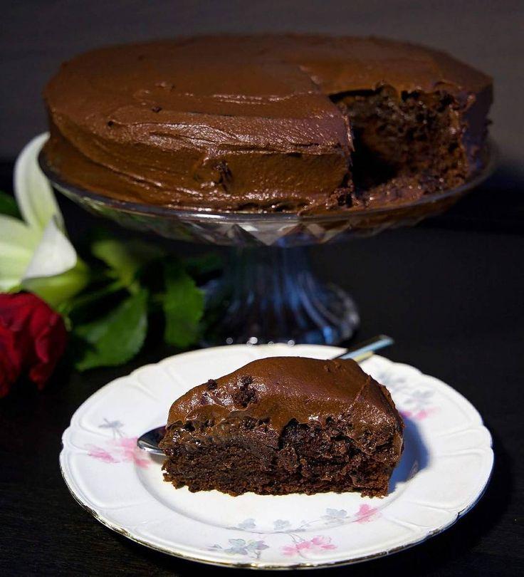 """2,800 gilla-markeringar, 169 kommentarer - Zeina Mourtada (@zeinaskitchen) på Instagram: """"Jag är sugen på att baka denna igen till helgen😍 Saftig chokladtårta med chokladsmörkräm🍫❤ Funderar…"""""""