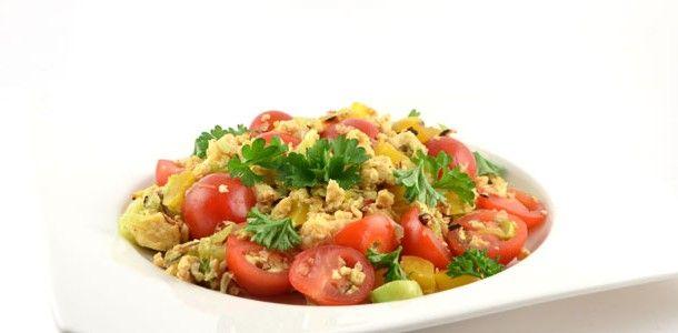 Dit roerbak ei met prei paprika en tomaat recept is heerlijk snel klaar. Top als stevig ontbijt, maar je kunt het gerust ook als lunch of avondeten serveren.