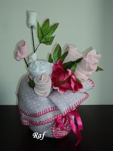 vaso (copertina in pile) con fiori (indumenti per neonato) di Raf