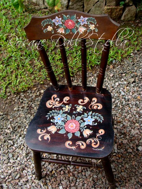 Cadeira restaurada e pintada em bauernmalerei