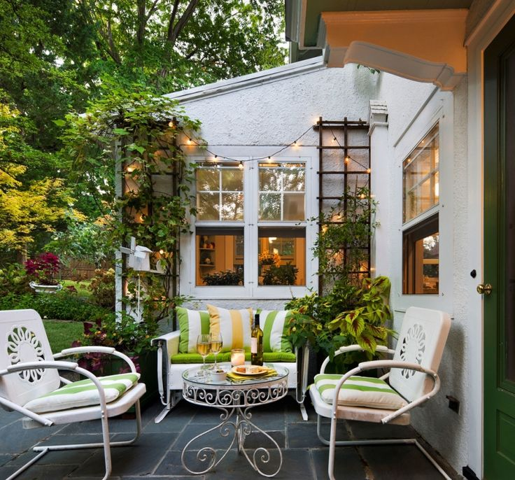 Spalieren mit Kletterpflanzen und Lichterketten als Terrassen Deko