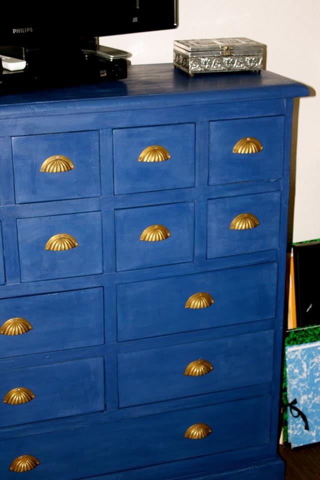 Mijn nieuwste krijtverfklus is klaar. Een ladenkast voor op mijn werkkamer bewerkt met Napoleonic Blue. Ik had een literblik en dat is nog lang niet leeg. Telkens weer verbaasd hoe zuinig deze verf is! Erg blij met mijn blauwe kast! Vriendelijke groet, Margot Peters van Zonnehert Atelier&Praktijk.