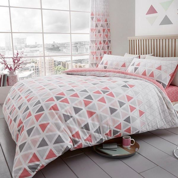 Modern Bed Sheets With Geometric Pattern In Gray And Pink Pink Gray Bed Sheets Bedroom Design Decor Pink And Grey Bedding Bedding Sets Bed Linen Design