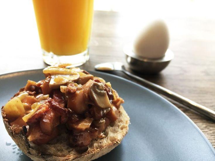 Vi har fået en ny morgenmads-favorit til weekenden. Bacongryde med bacon, pølser, løg, svampe og cremet fløde - find opskriften her.