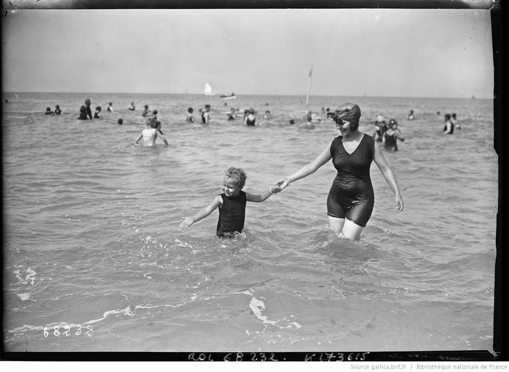Deauville 1921 [jeune femme et enfant se baignant] : [photographie de presse]…
