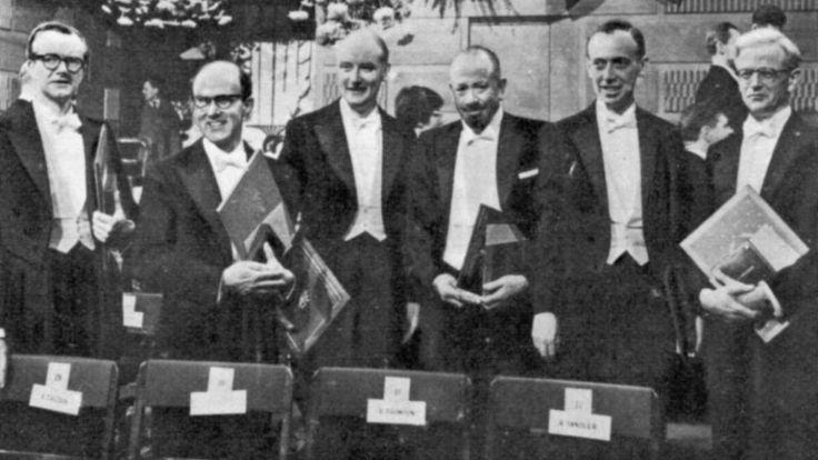 Seis premios Nobel en Estocolmo, Suecia, en 1962. De izquierda a derecha: Dr. Maurice Wilkins (medicina y fisiología), Dr. Max Perutz (química), el Dr. Harry Crick (medicina y fisiología), el Sr. John Steinbeck (literatura), y el Dr. James Watson (medicina)