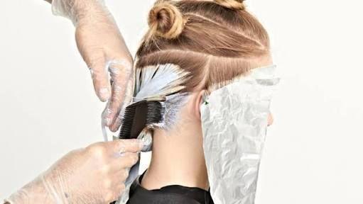 DEKOPAJ: Boyalı saçların açılması işlemidir. DEKOLORE: Doğal saçların açılması işlemidir. DEKOLORASYON: Doğal ve boyalı saçların açılması işlemine denir. PİGMENTASYON,(mordansaj): Boya tutmayan saçlarda (beyazı olan) ön hazırlık işlemidir. DEKOLORE (reng açma) Saçınızı açtığınız zaman kullandığınız müstahzarlar saç rengini açarken derilere işledikleri için sürekli etki yaratırlar. Bazı açıcı maddeler hem açar hemde renk verirler. Aşırı açma saçları kurutur, canlılığını kaybettirir…