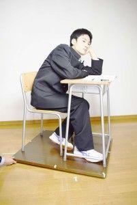09_0110_n_目高_学校机・頬杖をつく(学ラン)
