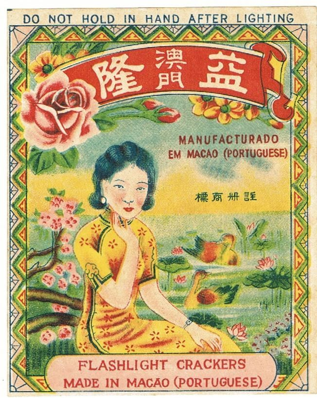 China, Macao: Small, colorful sticker ( or ad) from the 1920s. Flashlight crackers. Decorative design with a Chinese lady in a Qipao at a pond with