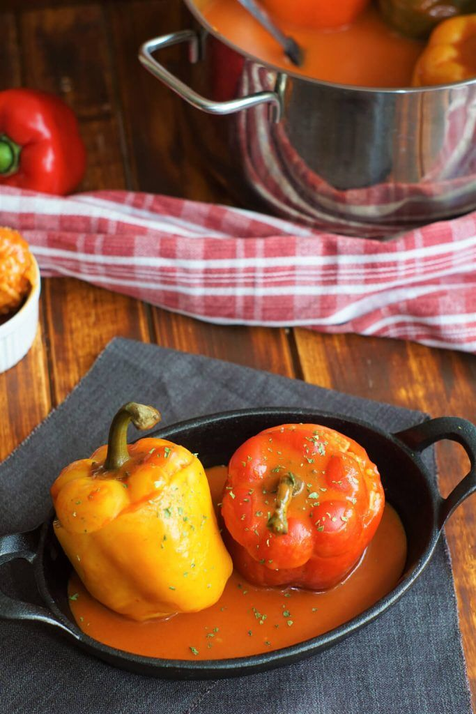 Gefüllte Paprika in Tomaten-Paprika-Soße
