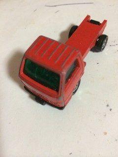 トミカいすゞ エルフ(4代目) 道路工事標識車 初版は1988年発売 これも道路作業車セットに同梱されていたものですがなんと後ろの荷台ごと吹っ飛んでしまいました通常品にもセットにも工事中の標識が付いていました