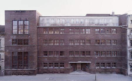 Berlins erste jüdische Mädchenschule wurde 1835 in Mitte gegründet. Im Jahr 1930 wurde sie erweitert und zog in ein neu errichtetes Gebäude in der Auguststraße 11. Die Schule ist ein Werk des bekannten jüdischen Architekten Alexander Beer (1873-1944) und wurde im Stil der Neuen Sachlichkeit gebaut, welche das funktionelle über das ästhetische Design stellt. Beer ist später unter den Händen des Nationalsozialistischen Regimes im Konzentrationslager Theresienstadt ums Leben kommen. Bestehend…