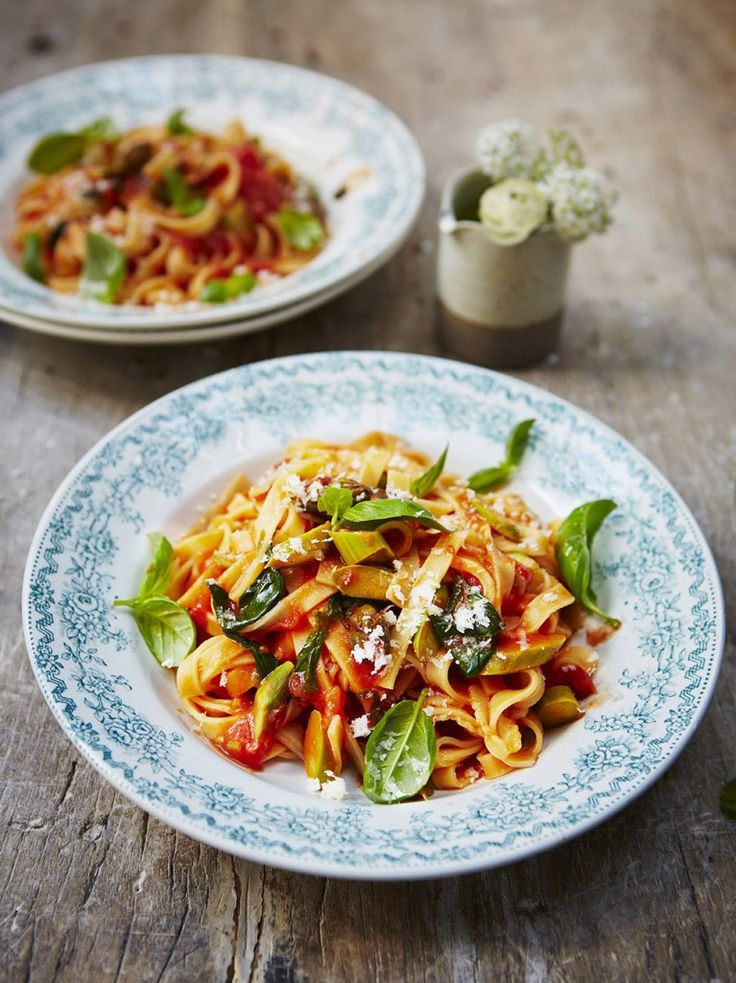 Tagliatelle with asparagus and tomato