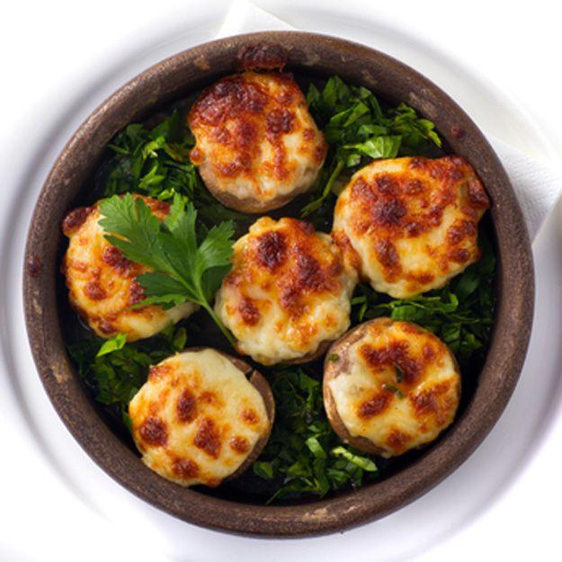 Gevulde champignons uit de oven met roomkaas & parmezaanse kaas. Binnen 15 minuten klaar. Lekker voor bij de borrel of als voorgerecht!