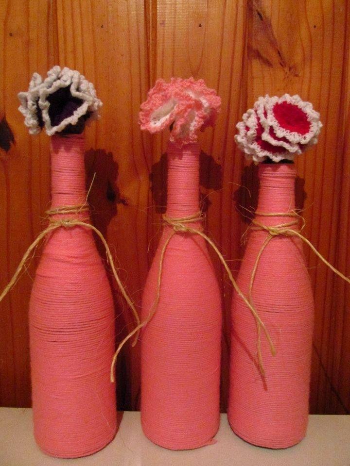 Botellas decoradas con lana y flores al crochet