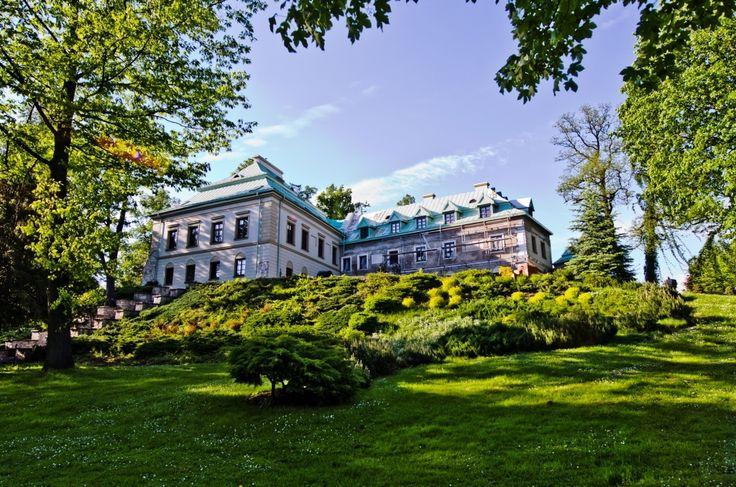 Pałac z zewnątrz jeszcze z rusztowaniem