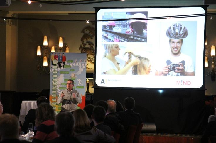 Anssi Tuulenmäki esitteli pyöräilykypärään sopivia hiusmalleja ja muita konkreettisia tapoja toimia eri tavalla.