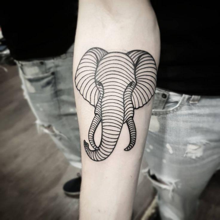 Tatuagem de elefante delicada criada por Dani Cunha.  Imagine só um elefante feito só com linhas.  #tattoo #tatuagem #art #arte #elefante #animal #linhas #geometrica #delicada #sweet