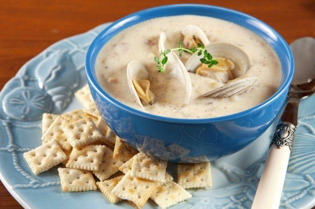 Clam chowder. Tipica dei Paesi Anglosassoni, il clam chowder è una zuppa di pesce molto cremosa a base di panna che contiene molluschi di vario tipo (solitamente vongole), patate, pancetta e cipolle.