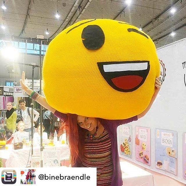Ihr Lieben wir senden euch einen gut gelaunten Gruß von @binebraendle und dem Riesen-#Emoji der uns auf der Messe Kreativ in Stuttgart begleitet hat! #topp #toppkreativ #frechverlag #messestuttgart #stuttgart #kreativmesse #kreativ2016 #binebrändle #emojihäkeln #emojidiy #estherkonrad #repost