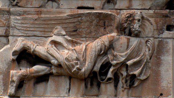 Ρολόι του Κυρρήστου. Ο ΕΥΡΟΣ,( νοτιοανατολικός άνεμος ~ ο σημερινός ΣΙΡΟΚΟΣ), ως φτερωτή ανδρική μορφή μέσης ηλικίας. Έχει πυκνά γένια και ανάκατα μαλλιά και φορά χιτώνα και μπότες. Μια άκρη του ιματίου του είναι τυλιγμένη γύρω από το ένα χέρι, ενώ η άλλη, ανεμίζει από το δυνατό αέρα.