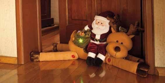 El espíritu navideño comienza desde la entrada de la casa, llena tu puerta de detalles, como este guardapolvo de Santa, para dar la bienvenida. Para elaborar este guardapolvo imprime los moldes en hoja tamaño carta.