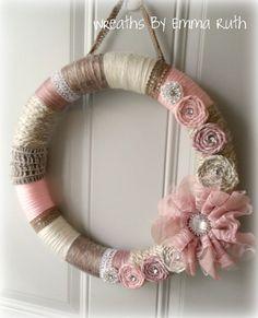 Shabby Chic rosa e crema filo corona con di WreathsByEmmaRuth