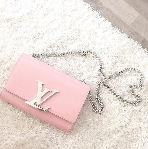 I so want a pink LV not necessarily this one but I must own a pink bag in the future