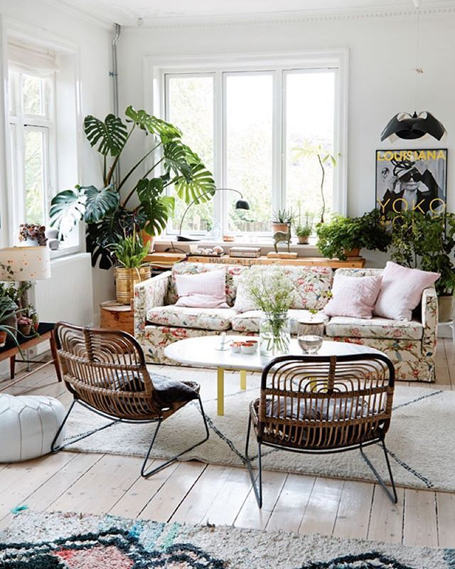 'Huset og haven er mit eksperimentarium' – siger Dorthe Kvist, der er professionel have- og indretningsdesigner ❤️ Se hendes skønne hjem på www.boligliv.dk ⭐️Foto: @nicolinedinaolsen #boligliv #indretning #inspiration