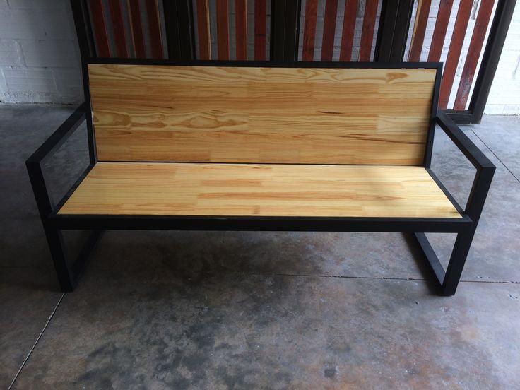 Esta es nuestra silla doble para interior y exterior elaboradas en tubería metálica y tableros de pino, roble y teka y acabados de madera en poliuretano transparente brillante.