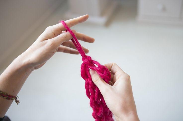 Om te breien heb je niet per se breinaalden nodig. Je kan het ook op je vingers. Vingerbreien is leuk en makkelijk voor kinderen. Kijk hier hoe het moet!