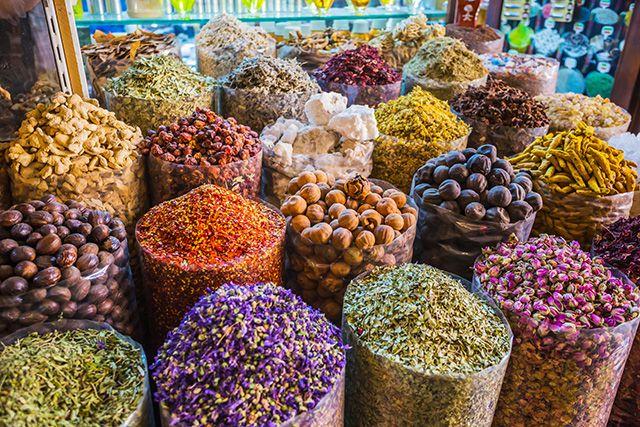 Souk d'épices, Dubaï. http://www.lonelyplanet.fr/article/dubai-comme-un-habitant #souk #épices #Dubaï #voyage