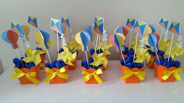 Cachepot / centro de mesa tamanho grande, tema pipa, cata vento e balão Balão 3d em papel color7 Pipa em papel verge Cata vento em Eva Rococó e cachepot em diversas cores.