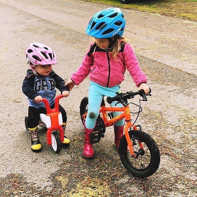 Everybody needs a big sister  : @soconikki . . . #bigsisterlove #clearybikes #clearygecko #clearyveryorange #pedaltogether #getoutandrideyourbike #activekids #clearykid #kidswhoride #rideeveryday #toolsnottoys #familytime