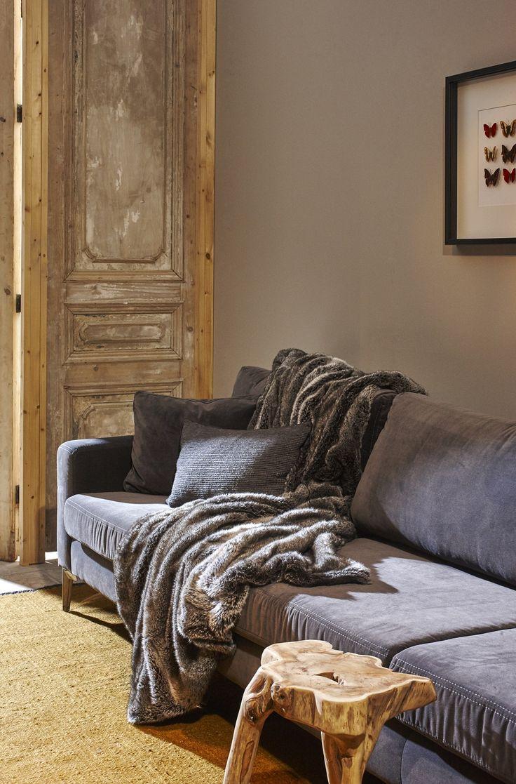 Mooi wonen is een kunst. Het vraagt om een creatieve artiest. De interieurstylisten van Mart weten wat kunst is. Bank, kussens, plaid, houten krukje. www.martkleppe.nl