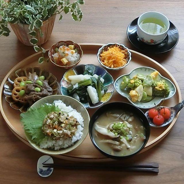 2017.7.5(水) 今朝はだし風の朝ごはん。 ねばねば野菜と香味野菜などを10種入れて 作りましたが本場の味を食べたことがなく 正解が分かりません。 入れすぎたのか色が綺麗ではないです。 もっとシンプルで良いのかもしれませんね。 . 東京は晴れています。 大雨の影響のある地域の方は気をつけて下さいね。 . 今日も一日良い日になりますように。 . ⁂ だしのせごはん ⁂ きのこのお味噌汁 ⁂ 牛肉と蓮根の黒酢炒め ⁂ 長芋とつるむらさきの和え物 ⁂ そら豆とブロッコリーの玉子サラダ ⁂ 大根おろしの酢の物 ⁂ 人参のナムル ⁂ さくらんぼ . . #おうちご飯 #おうちごはん #あさごはん #朝ごはん#家庭料理 #料理日記 #料理記録 #献立#ワンプレごはん #ワンプレート朝ごはん #豊かな食卓 #ていねいな暮らし #だし#器#健康ごはん #野菜たっぷり #食べ部CP #おーいお茶 #日本っていいね #クッキングラム #デリスタグラマー #雨の日の晴れごはん #foodpic #instafood #breakfast #fitfoodieslife #food...