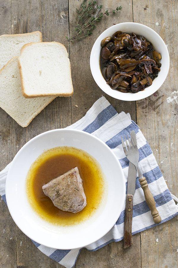 Met dit recept maak je thuis zelf de lekkerste biefstuk met jus klaar, zoals ze hem ook bij Restaurant Loetje maken. Plus met extra champignon/ui mengsel.
