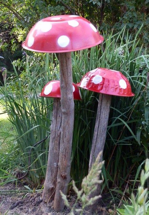 De vieilles cuvettes émaillées repeintes deviennent champignons géants pour le jardin. / Make these Garden Mushrooms.
