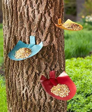 Decorate a tree or fence, while you feed your feathered friends, with this Set of 3 Shovel Birdfeeders. The shovel-shaped plates are made of painted metal. Each