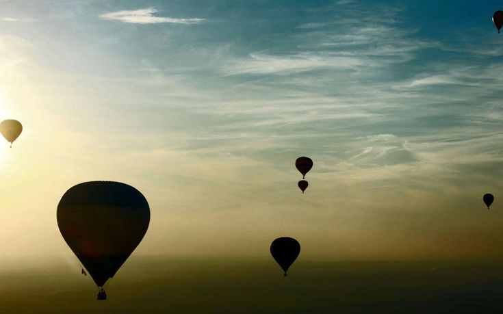 Αερόστατα θερμού αέρα πετούν πάνω από τα κτίρια στα περίχωρα του Μινσκ κατά τη διάρκεια του Διεθνούς Φεστιβάλ της αεροναυπηγικής.