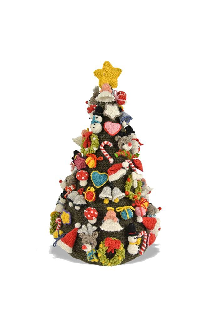 Mijn 12e boek:Paperback 16,5 x 23,5 cm 64 blz.In dit boek vindt u de beschrijving van 3 verschillende kerstbomen; een pionvorm, spiraalvorm en wikkelvorm.Voor deze boom zijn 11 verschillende hangertjes beschreven:PaddestoelEngeltjeRendierKerstklokjesCandyHartSneeuwpopKerstkransSterKerstmutsKadootjesDaarnaast staan er 4 verschillende knuffels van ongeveer 15-20 cm in dit boek; een Kerstman, Engel, Rendier en Sneeuwpop.Dit zijn allemaal ontwerpen, gehaakt met de prachtige wol van Lopi.