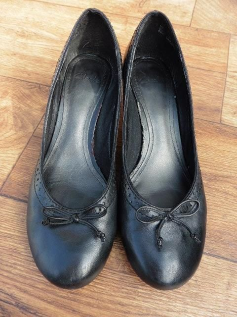 SIZE UK 5.5 D CLARKS SMART COURT SHOES WITH BROGUE DETAIL AND BOW ON THE FRONT