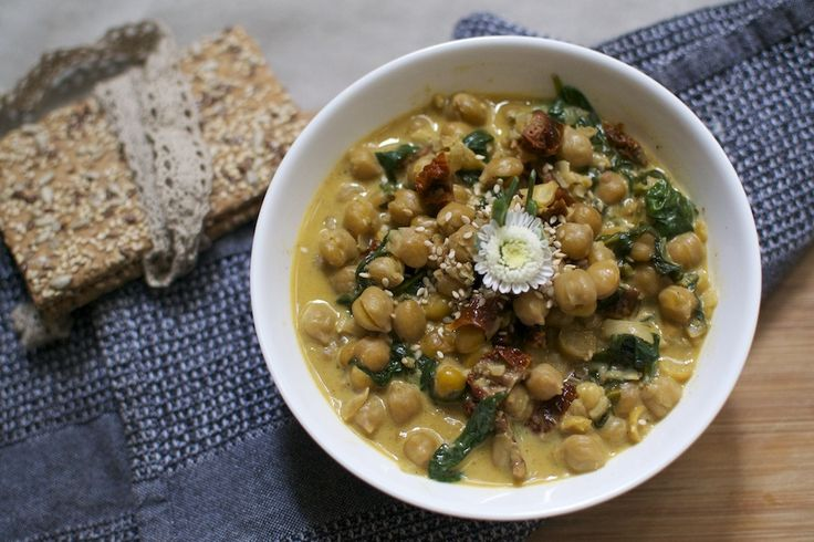 Vegan Recipe #Chickpeas With Spinach and Sun Dried Tomatoes via www.maninio.com