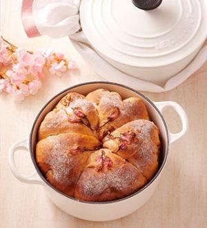 「[ル・クルーゼ公式] 桜パン」桜が咲いたらポットラック・パーティー(持ち寄り)はいかが?桜色のパンを鍋ごと焼いて持ち寄りすれば、注目を浴びること間違いなし。桜の香る優しい味わいのパンです。【楽天レシピ】