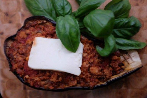 FASZEROWANY BAKŁAŻAN  Składniki:      3 bakłażany     300g mięsa mielonego z kurczaka lub indyka     kartonik krojonych pomidorów (ok. 400g)     ¼ kostki sera feta (60-80g)     1 średnia cebula     2 ząbki czosnku     oliwa z oliwek     przyprawy: sól, pieprz, słodka i ostra papryka  Po więcej udaj się na: http://kreatorniazmian.pl/przepis-faszerowany-baklazan/