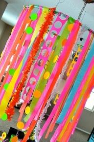Haz un impactante decorado para una fiesta nen, con cintas, tiras de papel y guirnaldas de crculos / Make an amazing decoration for a neon party, with ribbons, strips of paper and spot hangers!