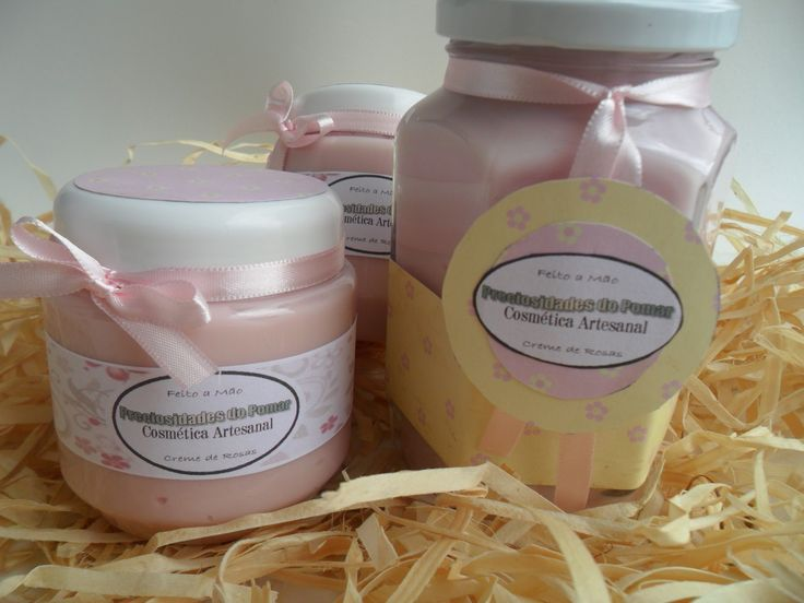 Creme de Rosas Super Hidratante - Indicado para corpo e rosto <br>Propriedades:* <br>- Base Croda (base mulsificante) <br>- Água deionizada <br>- Nipagim (conservante) <br>- Ureia ( princípio hidratante), estimula a hidratação <br>- óleo de silicone <br>- óleo de coco de babaçu <br>- Manteiga de cupuaçu <br>- Essências de Rosa damascena,Rosas vermelhas, Pétalas brancas e Rosa do Marrocos. <br>- Extrato Glicólico Natural de Avelã; <br>O Extrato Glicólico de Avelã tem ação emoliente…