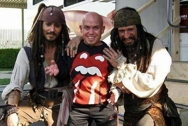 "Кит Ричардс, Джонни Депп и Мартин Клебба в перерыве между съемками фильма  ""Пираты Карибского моря: На краю света"", 2006 год."